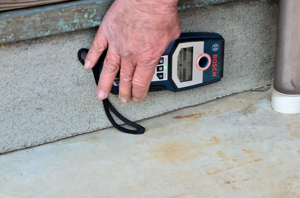 センサーを使って基礎の鉄筋の確認