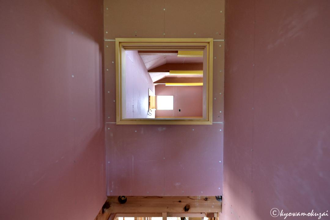 ピンクの石膏ボード